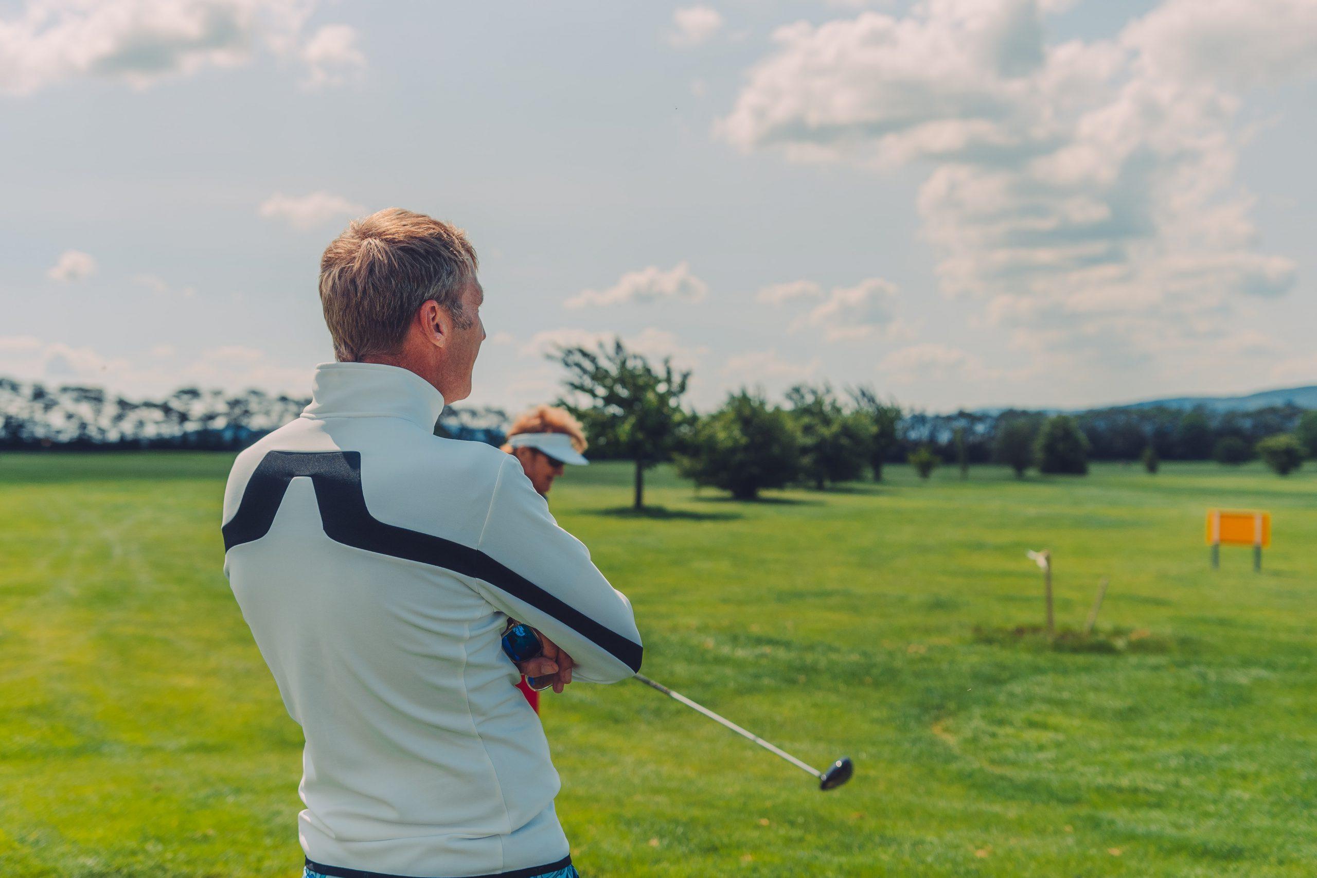 Golfspieler mit Schläger.
